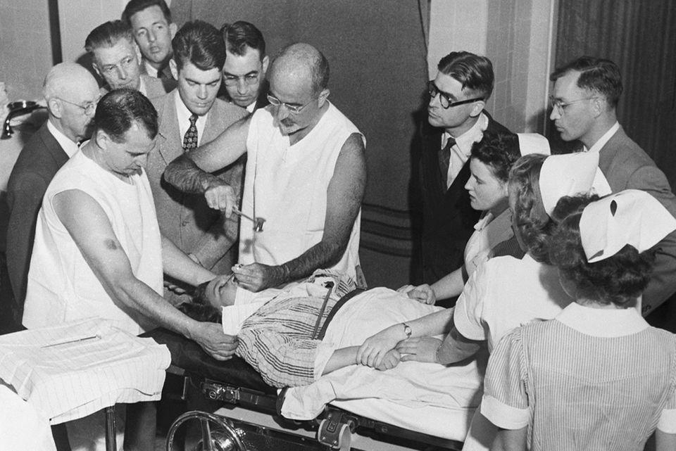 Walter Freeman bei einer Lobotomie
