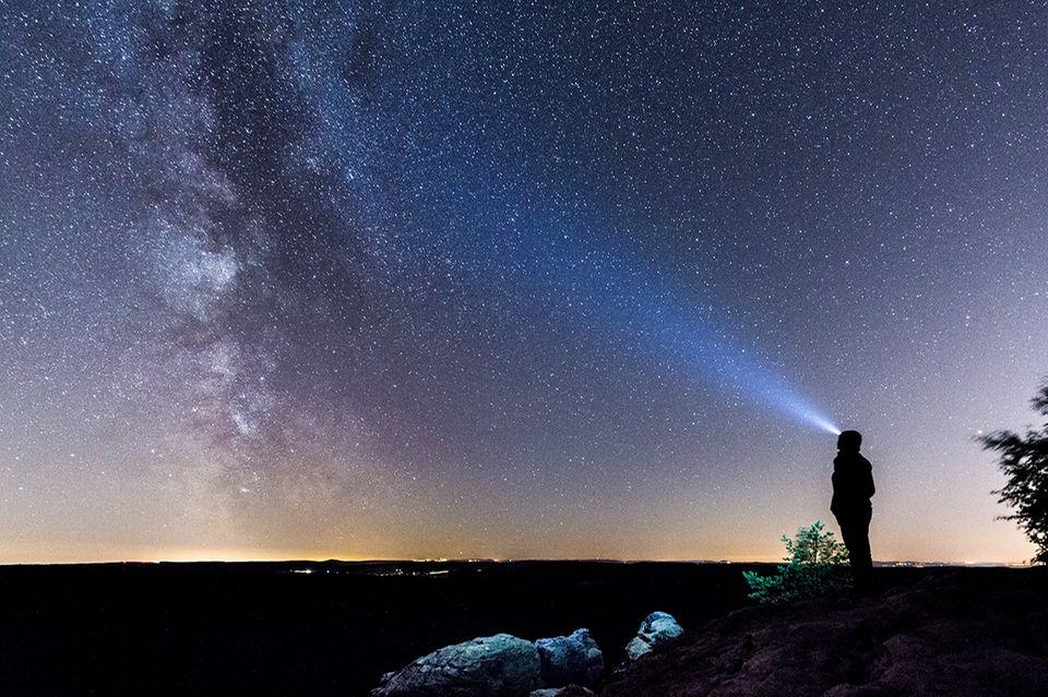 Raus und Machen: Wer scheint denn da so hell? Zum Sternegucken gibt es auch in Deutschland super Freiluft-Planetarien