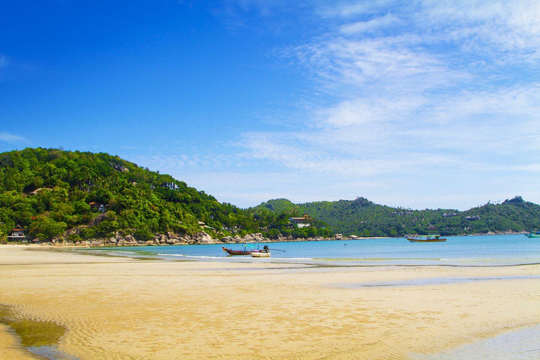 Über 30 Strände zählt Koh Phangan. Zu den Perlen im Nordosten von Koh Phangan gehört die Doppelbucht mit den halbmondförmigen Stränden Thong Nai Pan Noi (Foto) und Thong Nai Pan Yai