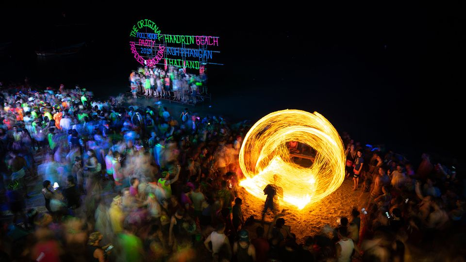 Die Tanzfläche der Full Moon Party: der Strand. Mit Lichtshows und meist mehreren DJs feiern die Besucher die Nacht durch