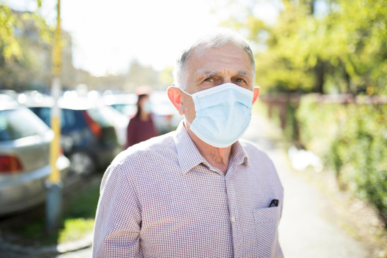 Älterer Mann mit Maske