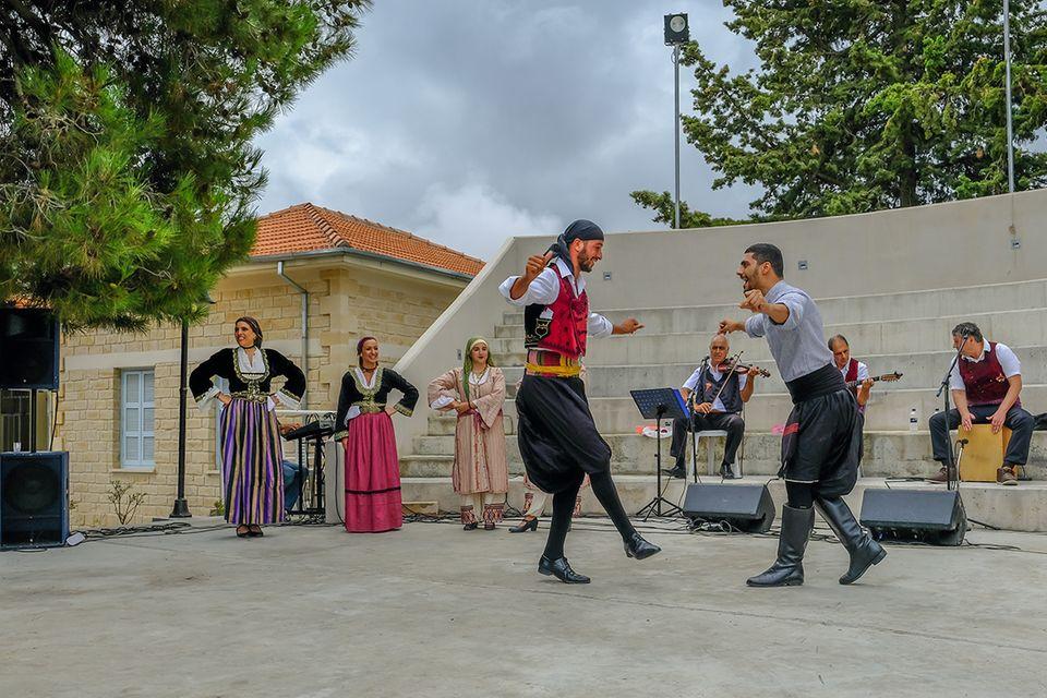 Tanzender Irrtum: Inzwischen auch bei Vorführungen in Griechenland zu sehen: der Sirtaki made in Hollywood
