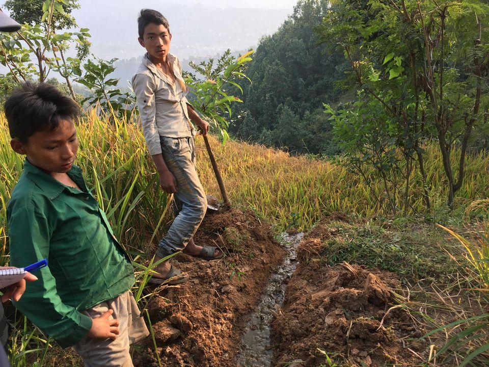 Nepal: Das Team von NCDC legt zusammen mit Projektbegünstigten einen Abfluss, durch den die Gärreste ablaufen können