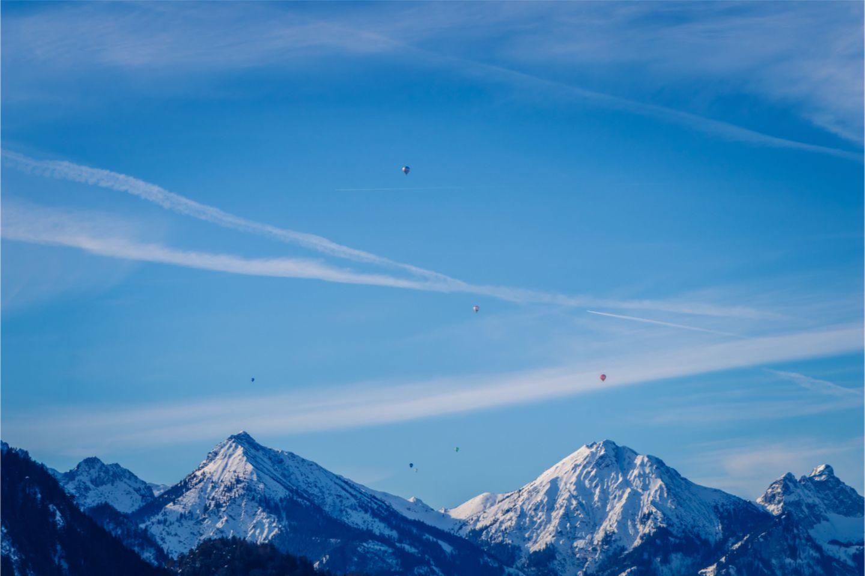 Heißluftballons über den Alpen