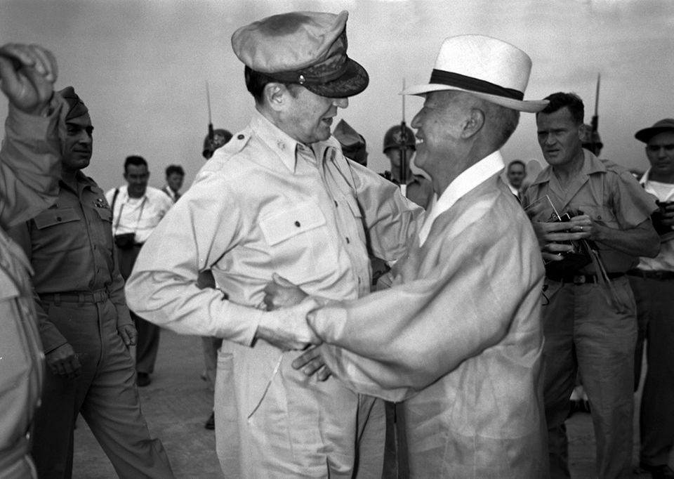 70 Jahre Kriegsanfang: Eine herzliche Begegnung zwischen dem General MacArthur und dem südkoreanischen Präsidenten Dr. Syngman Rhee auf der Kimpo Air Force Base