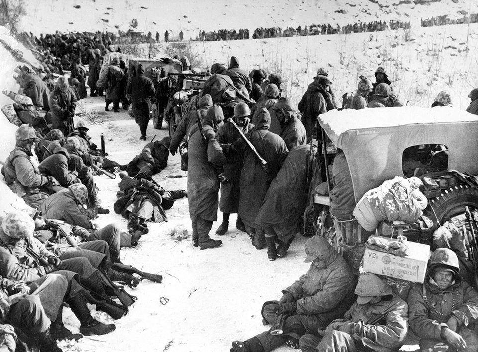 70 Jahre Kriegsanfang: Neben den chinesischen Attacken setzt auch die Kälte des nordkoreanischen Winters den amerikanischen Soldaten zu. Ende November treten erste Einheiten den Rückzug nach Südkorea an. Es ist eine der bis dahin größten Niederlagen einer US-Streitmacht