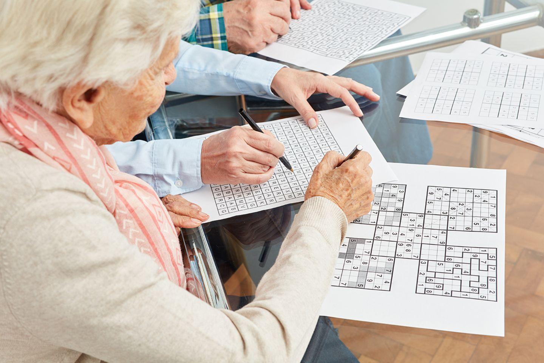 Gehirntraining: Häufig wird älteren Menschen Training für das Gehirn empfohlen. Forscher bestätigen: Wer sein Denkorgan mit Logikrätseln, Knobelaufgaben und Zahlenspielen ertüchtigt, kann den natürlichen Abbau geistiger Fähigkeit – in begrenztem Maß – verzögern
