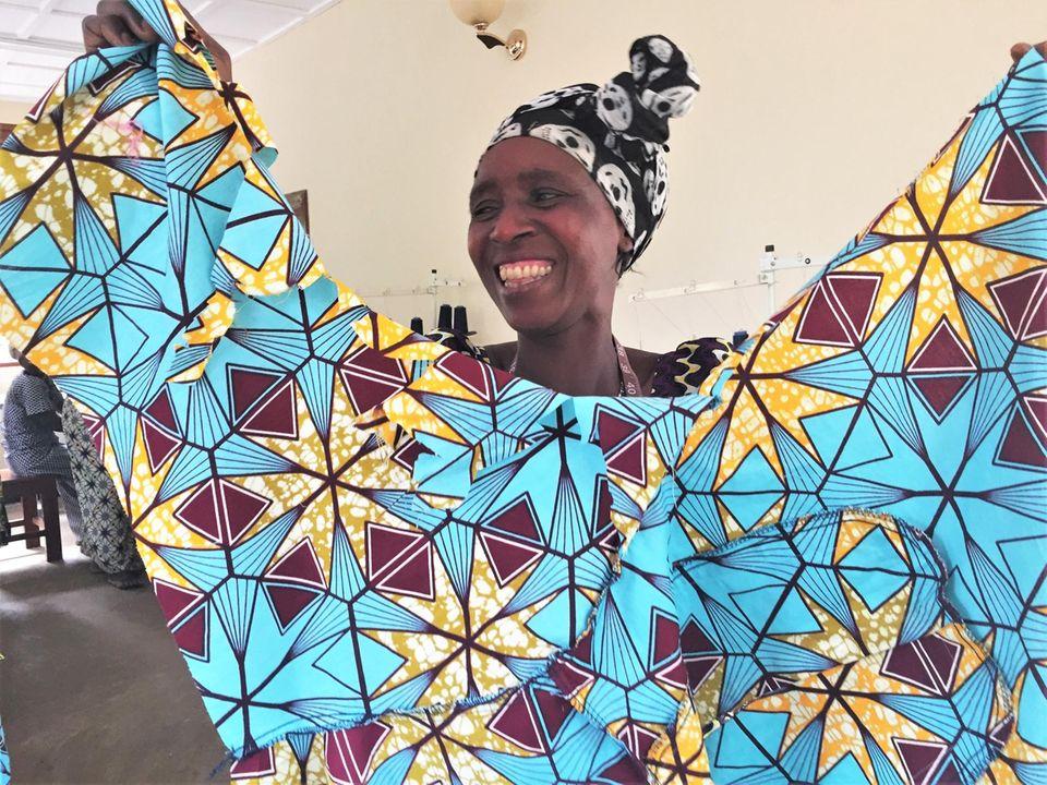 Demokratische Republik Kongo: Anfang 2017 sind die meisten der Frauen in der Lage, Kleidungsstücke zu nähen – wie diese farbenfrohe Bluse