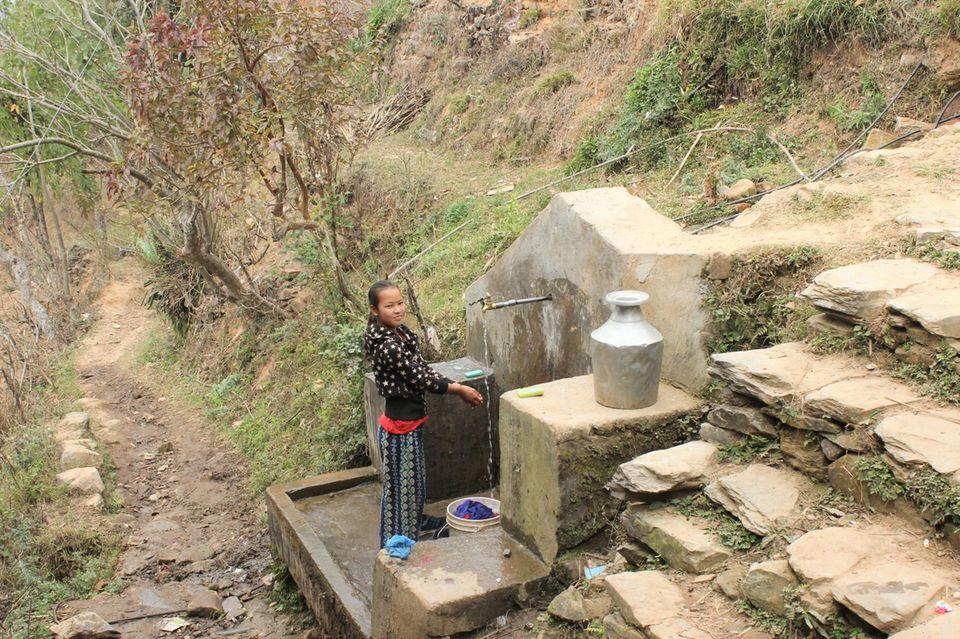 Wer in Danda Basaha keine Wasserleitung hat, ist froh, sich an einer Wasserstelle versorgen zu können