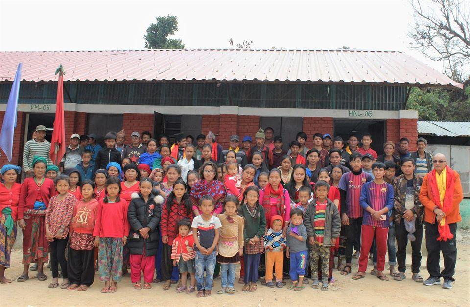 Nepal: Die Menschen von Danda Basaha, hier mit Projektleiter Siddhartha B. Bajracharya (u. re.), können den Projektbeginn kaum erwarten