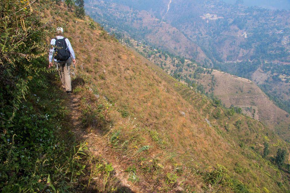 Nepal: Der Geschäftsführerin des Vereins, Eva Danulat, wird im Gelände überdeutlich, wie imens wichtig die Aufforstung der brachliegenden Steilhänge ist