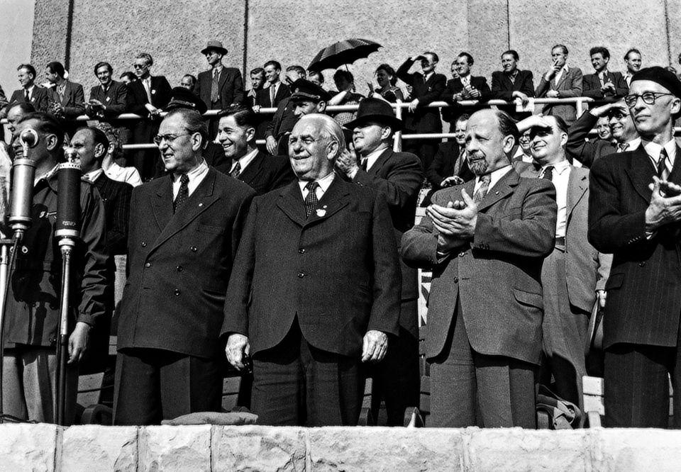 Die Führer der DDR: Regierungschef Otto Grotewohl, Staatspräsident Wilhelm Pieck und Walter Ulbricht, Generalsekretär des ZK de…