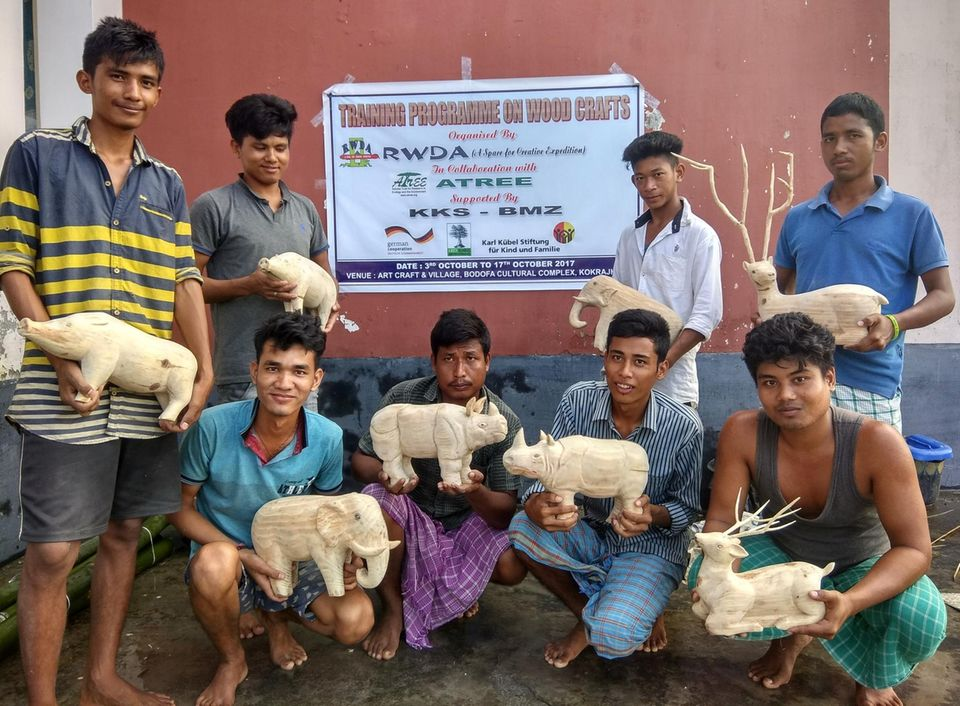 Indien: Nach einem 15-tägigen Training in traditionellen Holzarbeiten zeigen diese acht freiwilligen Naturschützer stolz ihre Handwerkskunst