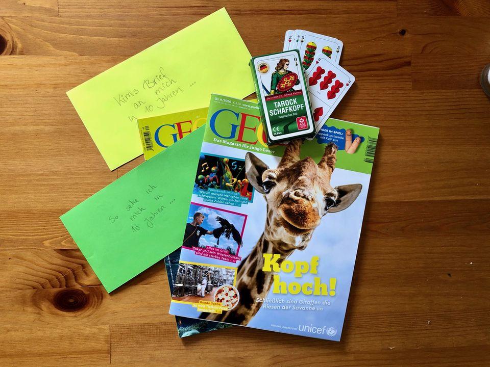 Zeitschriften, Briefe und ein Spiel auf einem Tisch