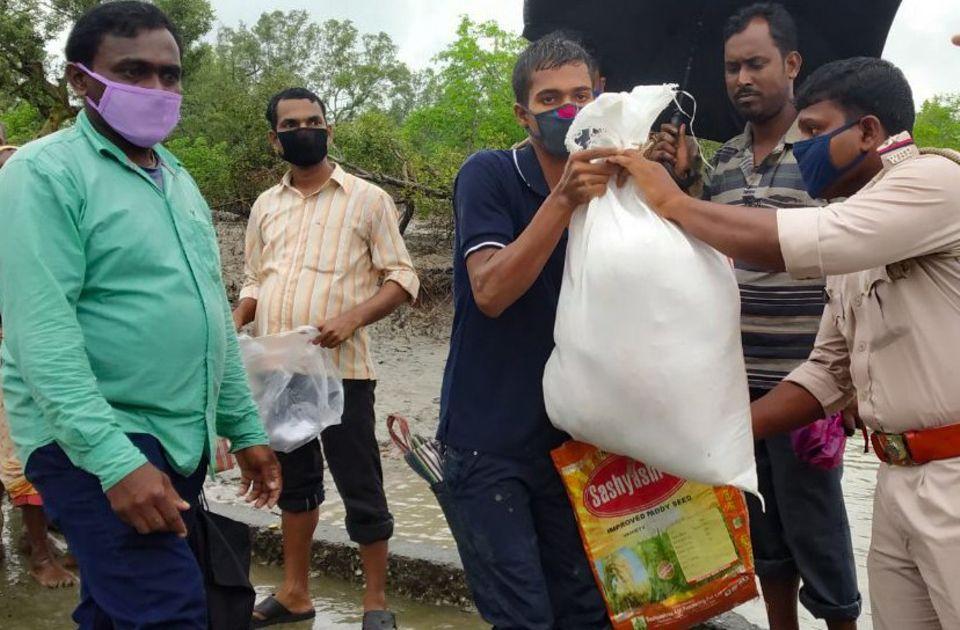 Indien - Westbengalen: Die Familien waren sehr dankbar und freuten sich über die zahlreichen Lebensmittel, mit denen sie 10-12 Tage abdecken konnten