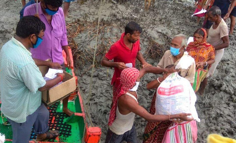 Indien - Westbengalen: Die Versorgung mit Essen und Hygieneartikeln hatte in Anbetracht der Situation oberste Priorität. Durch die Bereitstellung von Hilfspaketen an betroffene Familien konnte man schnelle Abhilfe schaffen
