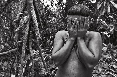 Scheu verdeckt Kulutxia ihr Gesicht vor der Kamera und damit vor dem Blick der Welt. Ihr Volk sieht in eine unsichere Zukunft
