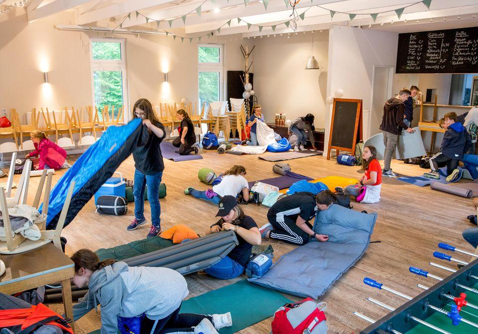 Die Schülerinnen und Schüler schlagen ihr Schlaflager in einem Rugby-Vereinsheim auf