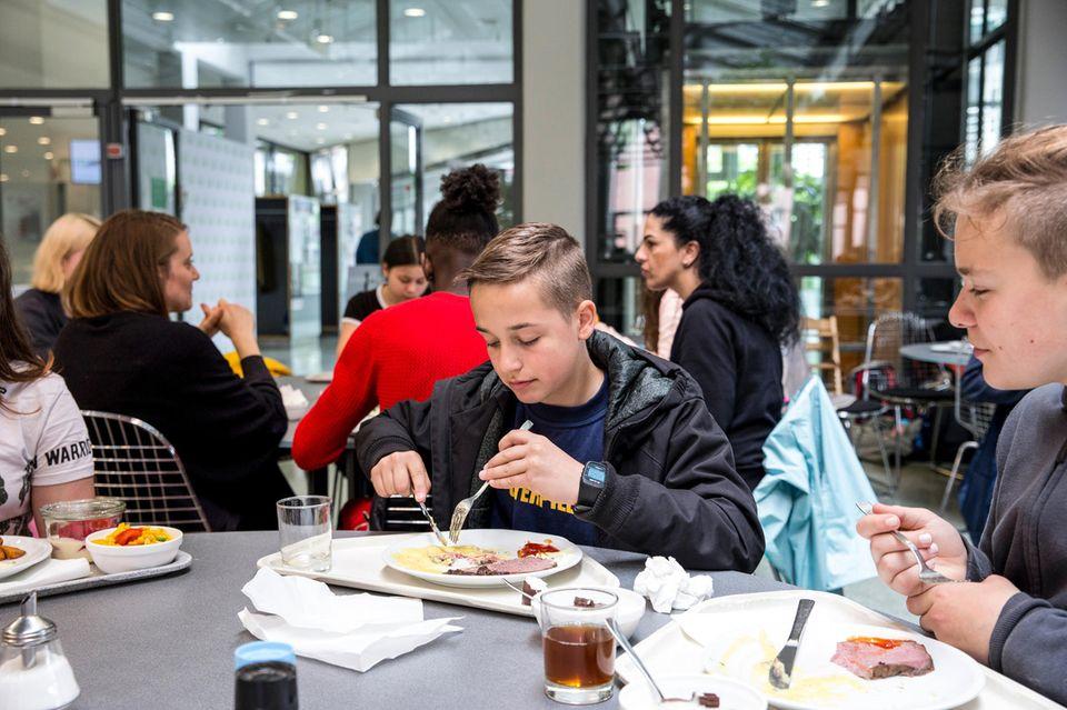 Wie wir die Welt retten: …bis hin zum Mittagessen bei GEOlino. Genau wie wir unterstützen viele Hamburger Unternehmen die Klassenreise. Eine Bäckerei spendiert sogar jeden Morgen frische Brötchen