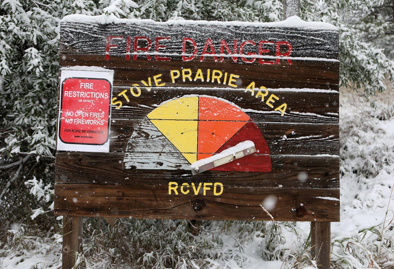 Warnschild und Schee in Colorado