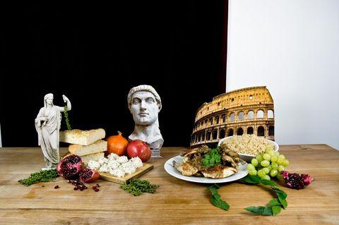 Römische Rezepte auf einem Holztisch