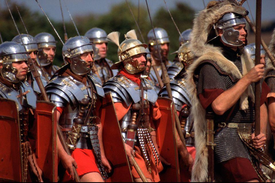 Römische Legionäre marschieren in Formation