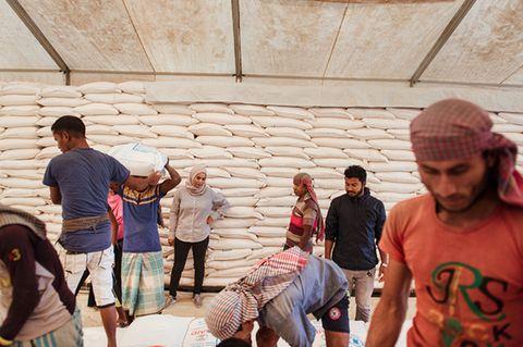 Bangladesch: Aziza Mohamed Ali Bourgut überwacht die Verladung von Reissäcken, Nachschub für Hunderttausende Rohingya- Flüchtlinge. Die leitende Logistikerin versucht das Ziel des Welternährungsprogramms (WFP) rigoros umzusetzen: »null Hunger«