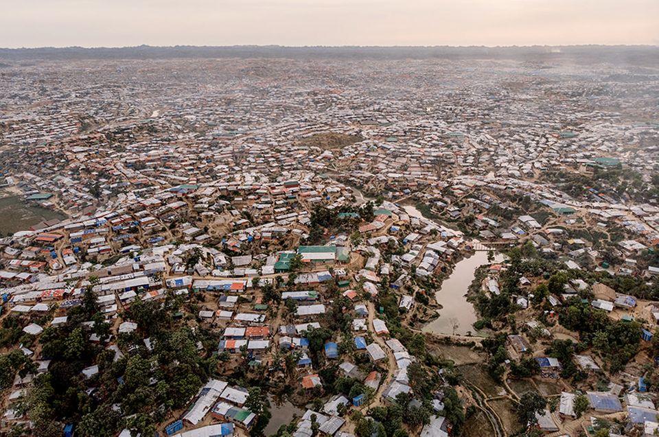 Bangladesch: Selbst in der Trockenzeit steht in zahlreichen Senken des Camps das Wasser. Während des Monsuns kommt es immer wieder zu Erdrutschen
