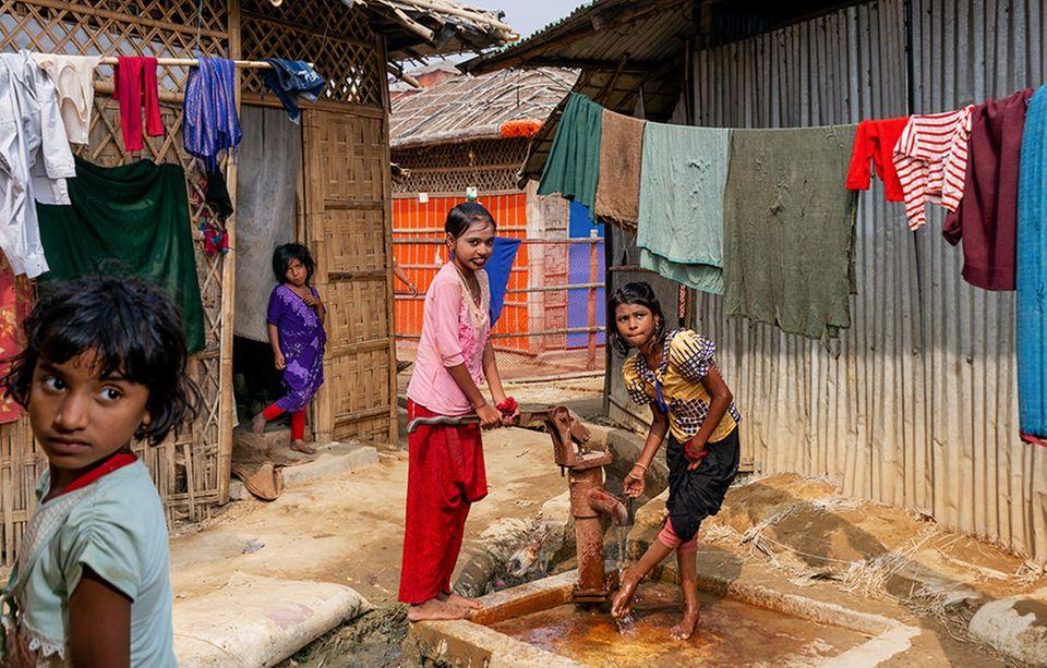 Bangladesch: Etwa die Hälfte der Camp-Bewohner sind Kinder. Eine Perspektive haben sie kaum: In ihrer Heimat Myanmar werden die muslimischen Rohingya teils brutal verfolgt, in Bangladesch nicht als Flüchtlinge anerkannt. Deshalb haben sie dort kein Anrecht auf den Besuch einer Schule