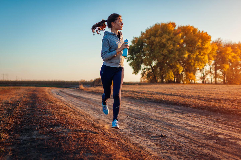 Frau beim Joggen im Herbst