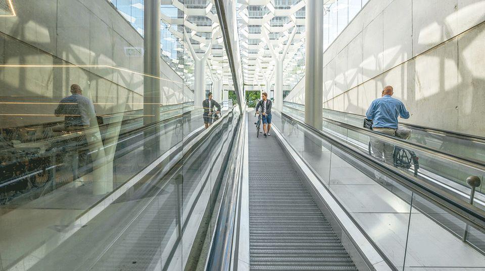 Nachhaltigkeit: Ausreichend Fahrradparkplätze sind ein wichtiger Baustein in Amsterdams Mobilitätskonzept. In der unterirdischen, gleichwohl taghell erleuchteten Garage am Südbahnhof der Metropole finden 3750 fietsen Platz. In die Tiefe gelangen Radler über Rollbänder