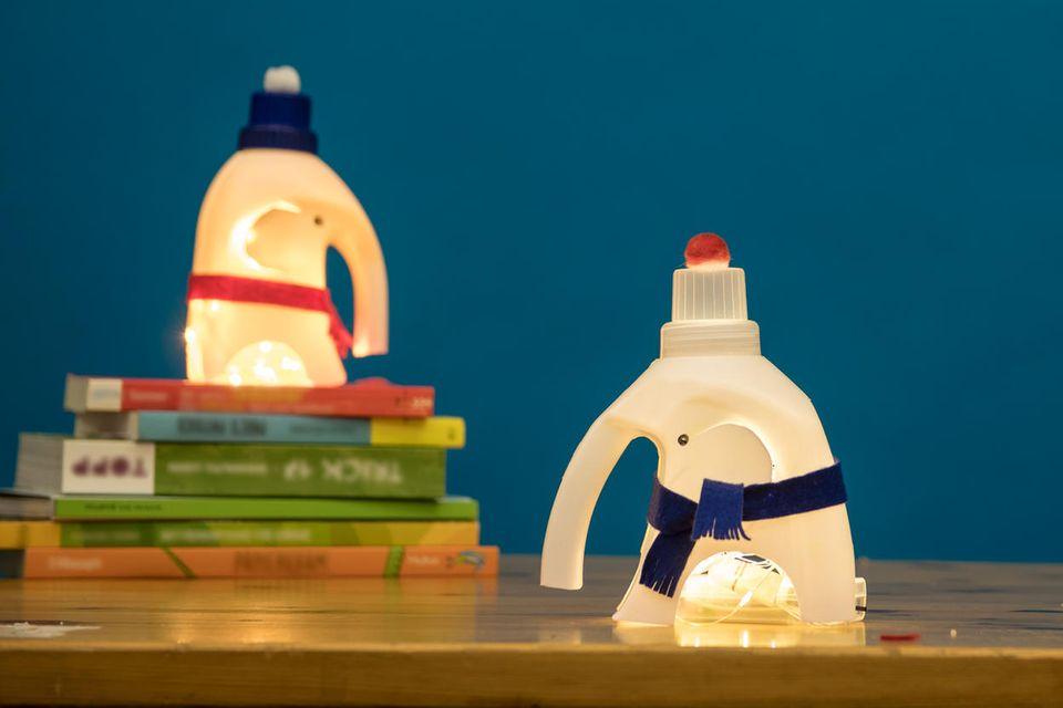 Strahlende Elefantenlampe aus alter Waschittel-Flasche
