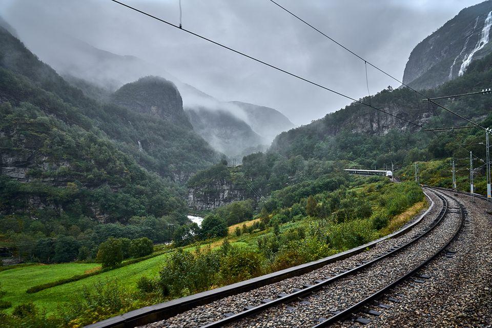 Reisetipps: Ob im Nebel oder bei Sonnenschein - die Flåmbahn in Norwegen zählt zu den schönsten Zugstrecken der Welt und lässt sich digital erleben