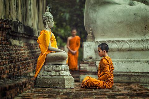 Vipassana-Meditation vor der Buddha-Statue