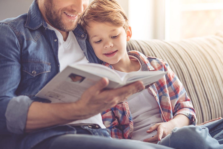 Vater liest seinem Sohn vor