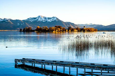 Bayern: An den immergleichen Ufern des Chiemsees scheint die Welt noch in Ordnung zu sein. Doch auch in Bayern greift der Klimawandel um sich und erhöht die Temperatur des Grundwassers - mit bislang schwer abschätzbaren Folgen