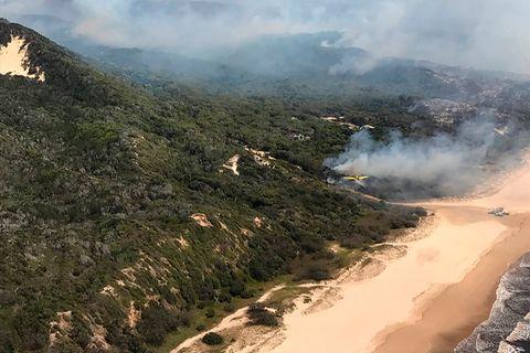 Weltgrößte Sandinsel: Dichte Rauchschwaden ziehen über Fraser Island, dem einzigartigen Naturparadies vor der Ostküste Australiens. Bereits 80.000 Hektar sind verbrannt, die Hälfte der Sandinsel