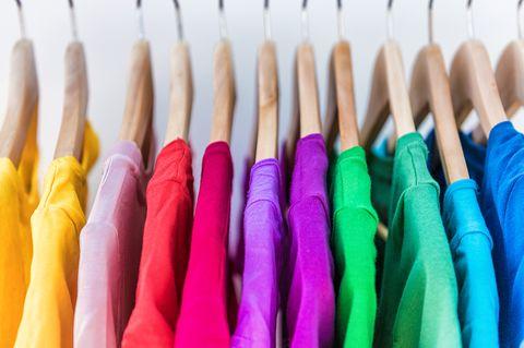 Kleidungsstücke auf einem Ständer