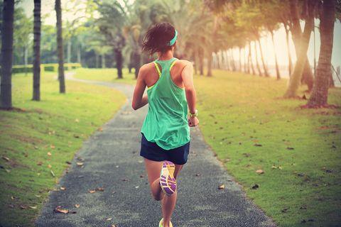 Frau joggt durch den Park