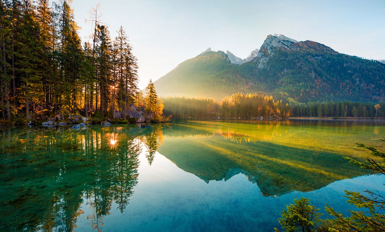 Herbstsonnenaufgang über dem Hinterseesee in den Bayerischen Alpen
