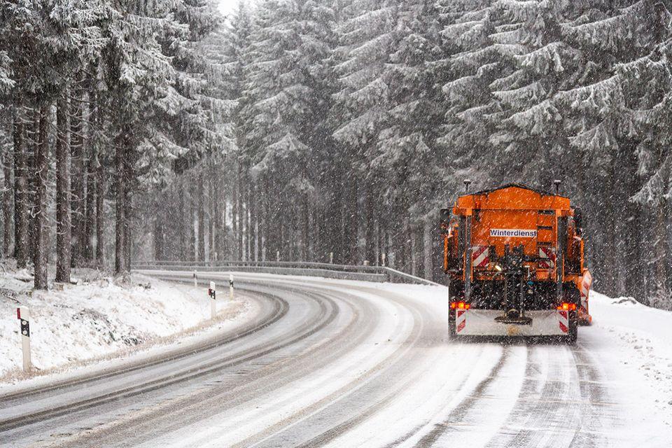 Winterdienst-Fahrzeug auf verschneiter Straße