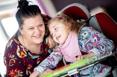 Nähe nur mit Schutz: Trotz der erschwerten Bedingungen durch die Corona-Pandemie war Katharina Kuhlemann im vergangenen Jahr mit ihrer Tochter Emma für vier Wochen im Kinderhospiz Löwenherz in Syke