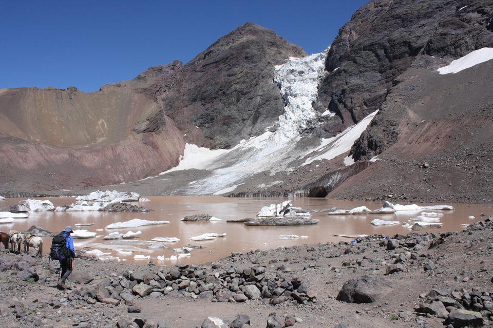 Weil der menschengemachte Klimawandel die Gletscher abschmelzen lässt, entstehen vermehrt Gletscherseen - die wiederum können zur Gefahr für Menschen werden