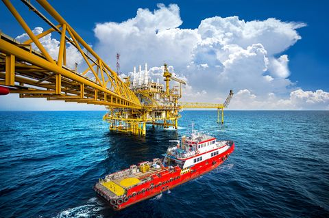 Versorgungsschiff und Ölbohrplattform im Golf von Thailand