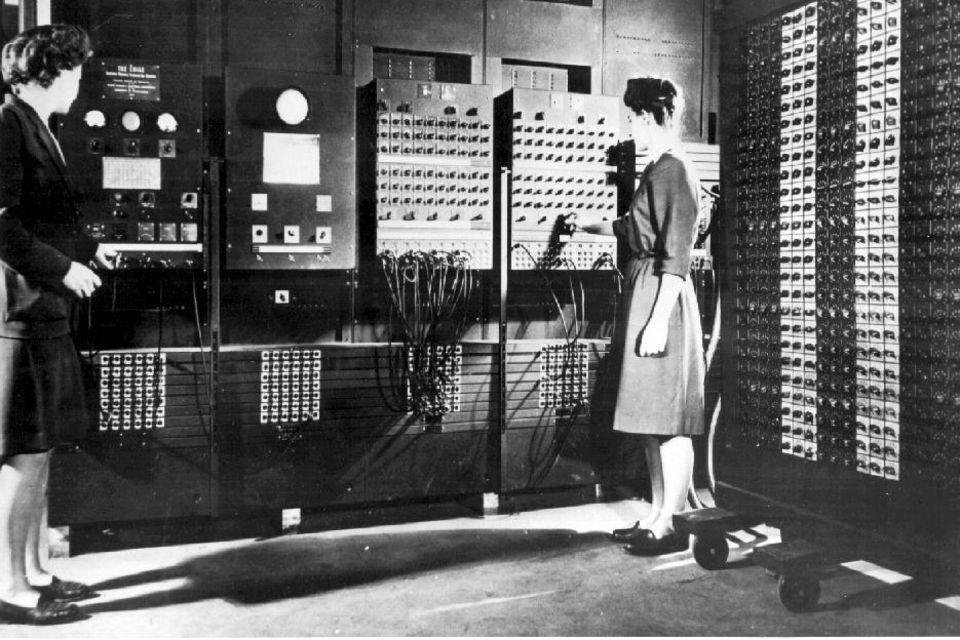 Programmiererinnen arbeiten am ENIAC Computer