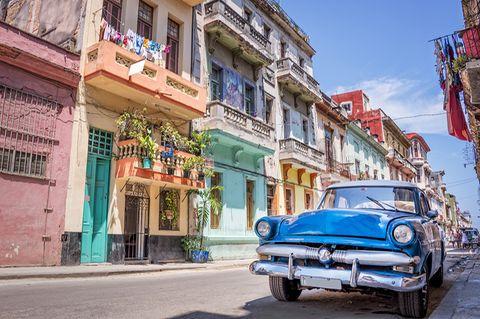 Blauer Oldtimer in den Straßen von Havanna, Kuba