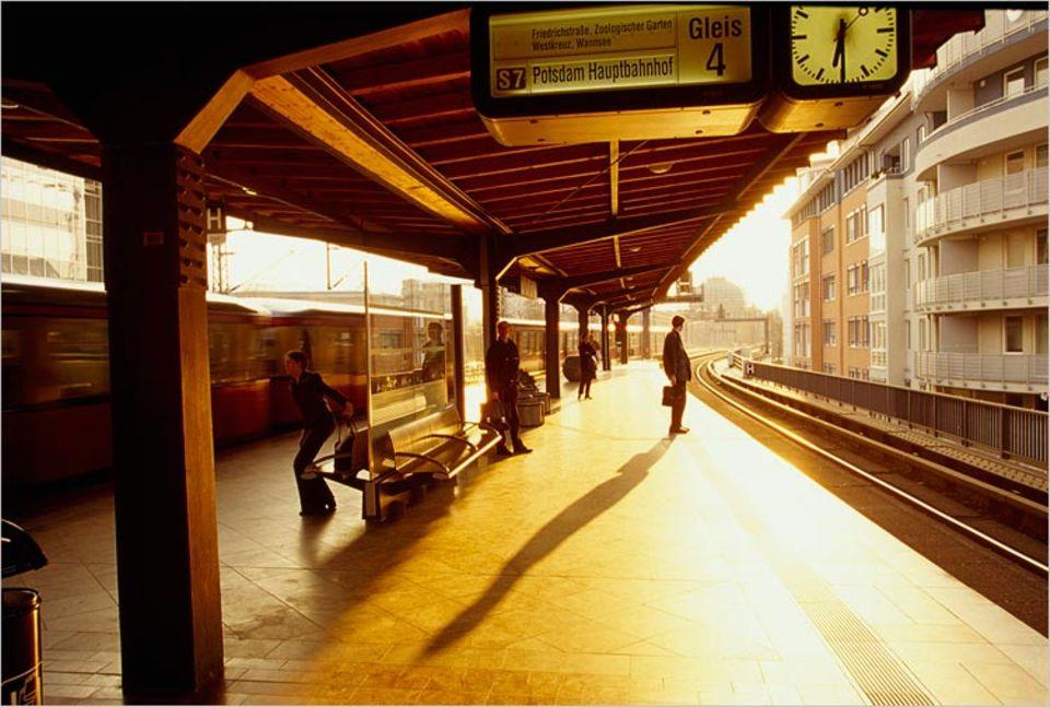 Schreibwettbewerb: Moa wartet auf den Zug als ein alter Mann sie anspricht