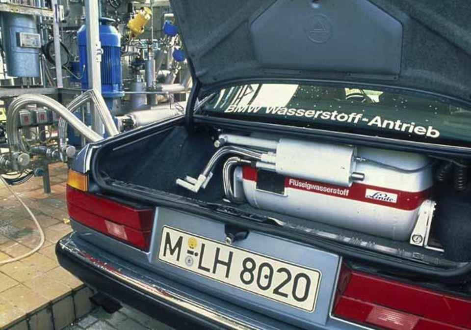 Flüssiger Wasserstoff enthält weniger Energie als Benzin. Damit Testautos nicht gleich wieder stehen bleiben, brauchen sie einen besonders großen Tank. Dieser hier füllt den ganzen Kofferraum