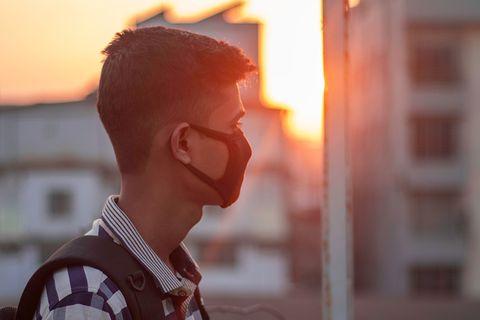 Jugendlicher mit Maske