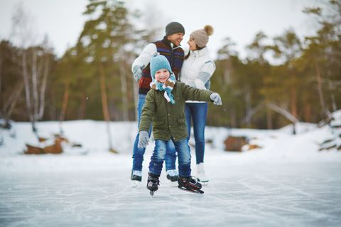 Wintervergnügen: Einen größeren Spaß gibt es im Winter wohl kaum als das Eislaufen auf gefrorenen Seen. Aber: Wer sich nicht ausreichend darüber informiert, ob die Eisschicht wirklich bruchsicher ist, bringt sich und seine Kinder in Gefahr